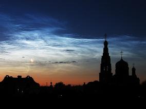 Серебристые облака, Луна и Плеяды