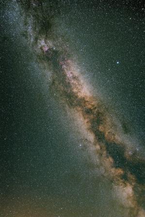 Августовский Млечный путь от горизонта до зенита.