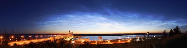 Панорама серебристых облаков над Чебоксарской ГЭС в ночь с 17 на 18 июля 2016.