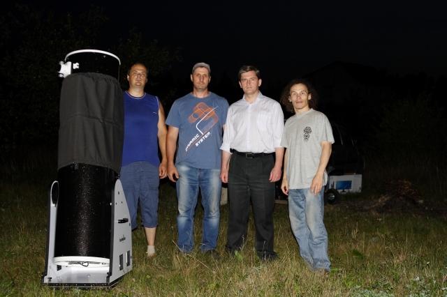 Первые из прибывших участников астрослета у телескопа
